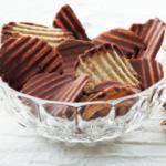 ロイズのポテトチップチョコレートはお土産の定番!自分用に買う人も多い人気のお菓子です。