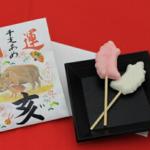 岩井製菓の開運干支飴(亥)は、おみくじ付き!ご祈祷済みの可愛い縁起物菓子です。